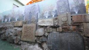 日本人の墓石が石垣や階段にされてしまった釜山の観光スラム街「峨嵋碑石文化村」を歩く (全2ページ)